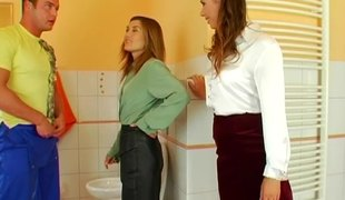 Casual coxcomb arrives to sexually fix ravening women hither their toilet