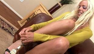Bar-room caring nurturer gets her anal gap rammed and creampied